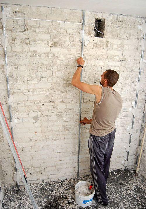 прибивка по стенам маячных реек