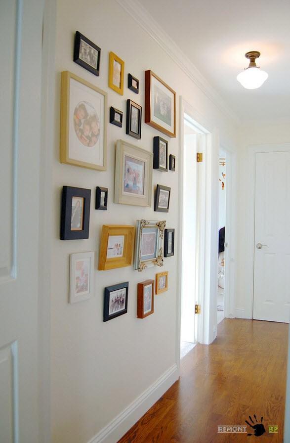 Как красиво разместить открытки на стене прихожей